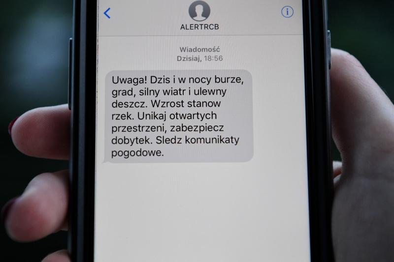 Treść wiadomości od Rządowego Centrum Bezpieczeństwa (PAP/Darek Delmanowicz)