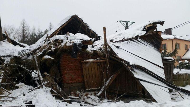 W Krzyżowej pod ciężarem śniegu zawalił się dach budynku (PSP Żywiec)